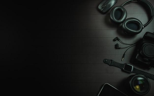 Bovenaanzicht van hoofdtelefoon, muis, apple watch, ipad, camera en lens