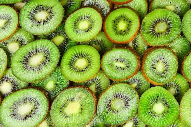 Bovenaanzicht van hoop gesneden kiwi als gestructureerde achtergrond.