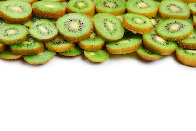 Bovenaanzicht van hoop gesneden kiwi als getextureerde muur.
