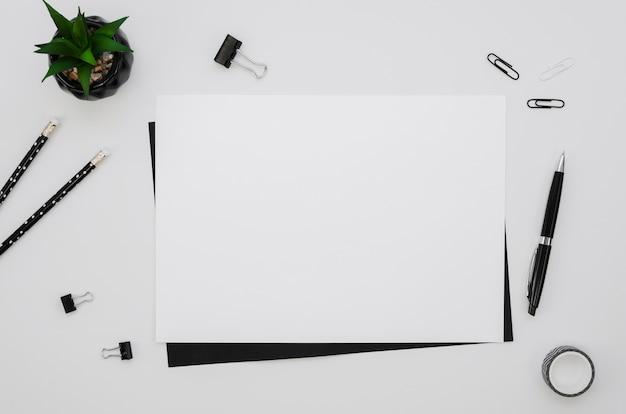Bovenaanzicht van horizontaal papier met kantoorbenodigdheden