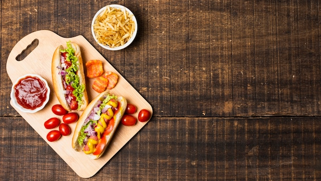 Bovenaanzicht van hotdogs met kopie ruimte