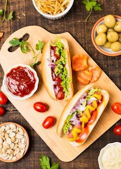 Bovenaanzicht van hotdogs op cutboard