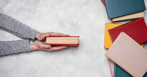Bovenaanzicht van houder van hardcover boek