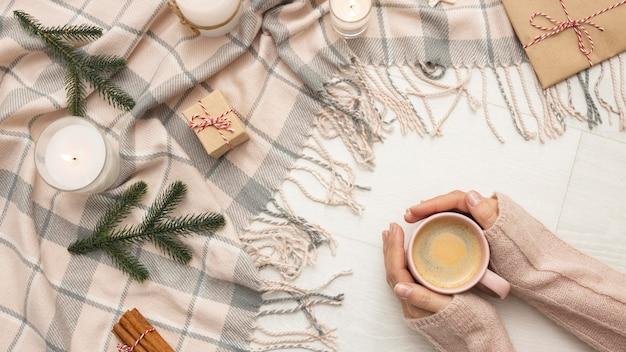 Bovenaanzicht van houder van mok met kaarsen en deken