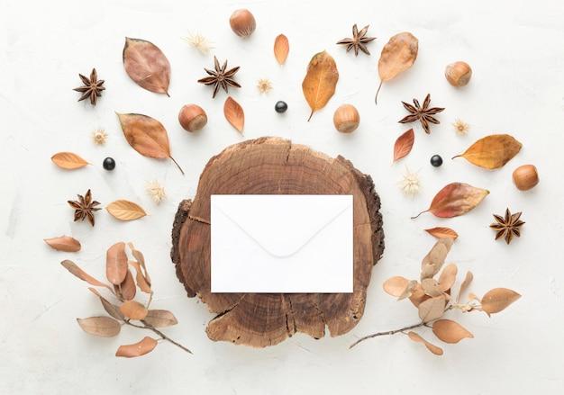 Bovenaanzicht van hout met herfstbladeren en kopie ruimte