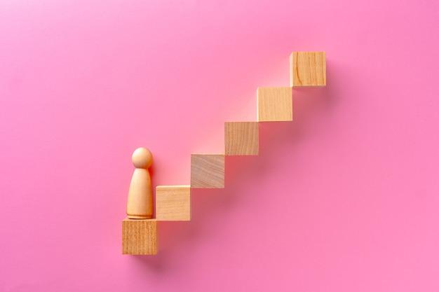 Bovenaanzicht van houten speelgoedblokken op roze achtergrond