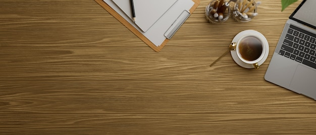 Bovenaanzicht van houten tafel met laptop, koffie omhoog en briefpapier, 3d-rendering, 3d-illustratie