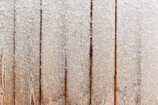 Bovenaanzicht van houten vloer en sneeuw in de winter