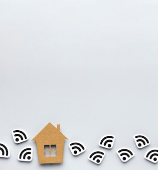 Bovenaanzicht van huisbeeldje met wi-fi symbolen en kopie ruimte