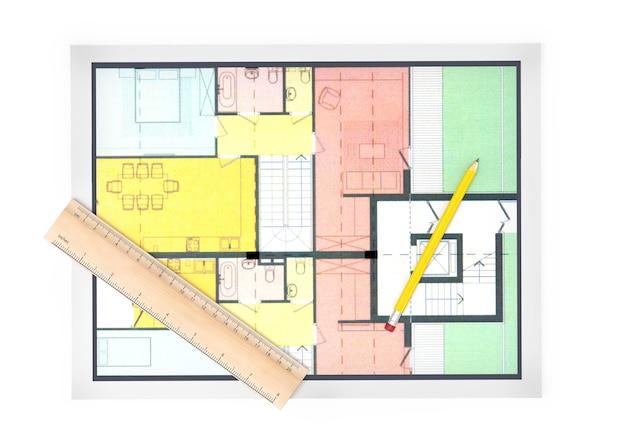 Bovenaanzicht van huisplan met een potlood en een liniaal op wit