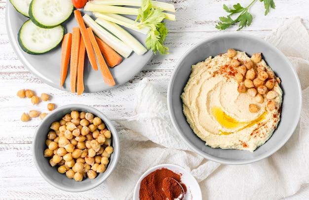 Bovenaanzicht van hummus met kikkererwten en groenten