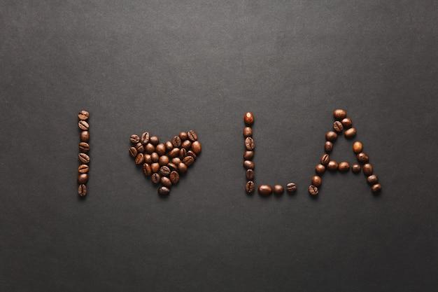 Bovenaanzicht van i love los angeles letter - i heart la woorden gemaakt van koffiebonen op zwarte achtergrond voor design
