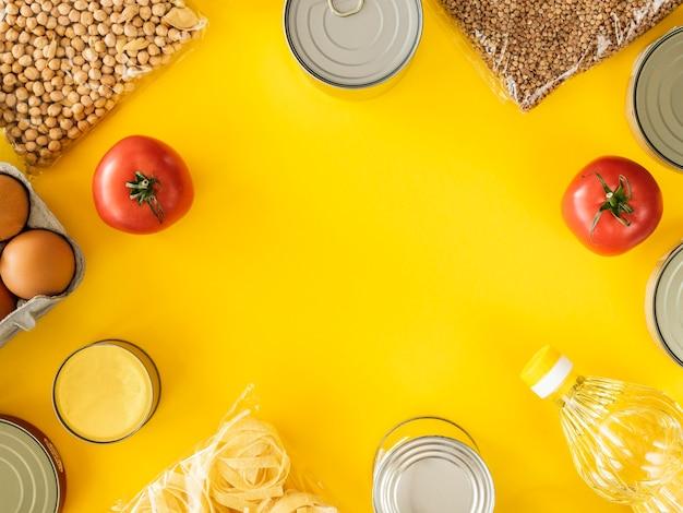 Bovenaanzicht van ingeblikt voedsel voor donatie met kopie ruimte