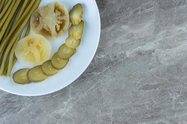Bovenaanzicht van ingeblikte groenten. gesneden komkommer en tomaat.