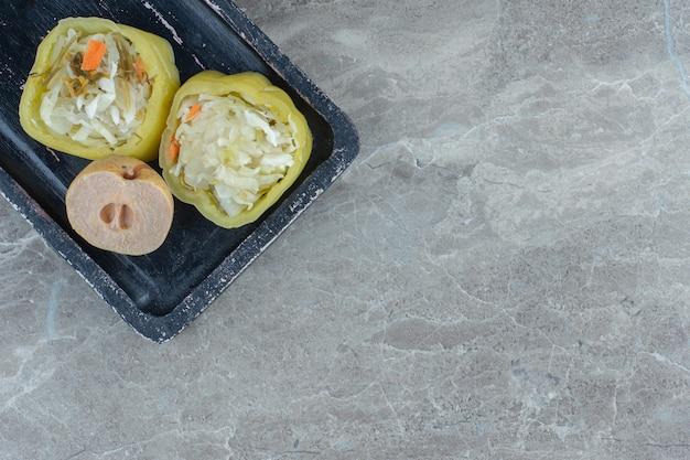 Bovenaanzicht van ingemaakte paprika's gevuld met zuurkool.
