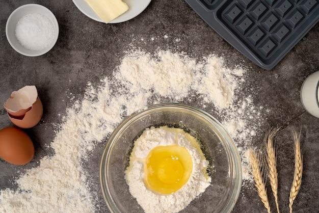 Bovenaanzicht van ingrediënten voor wafels