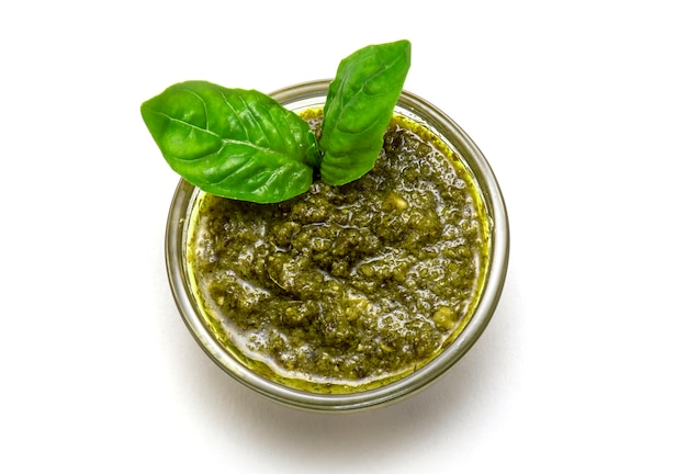 Bovenaanzicht van italiaanse saus pesto of kom basilicum pesto geïsoleerd