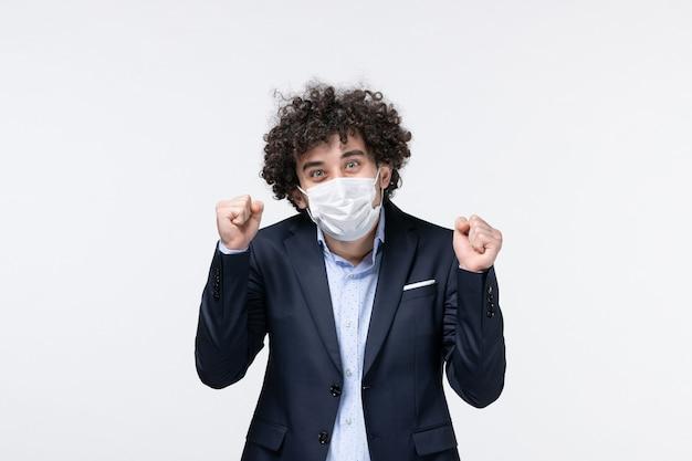 Bovenaanzicht van jonge gelukkige tevreden mannelijke ondernemer in pak op geïsoleerde witte achtergrond