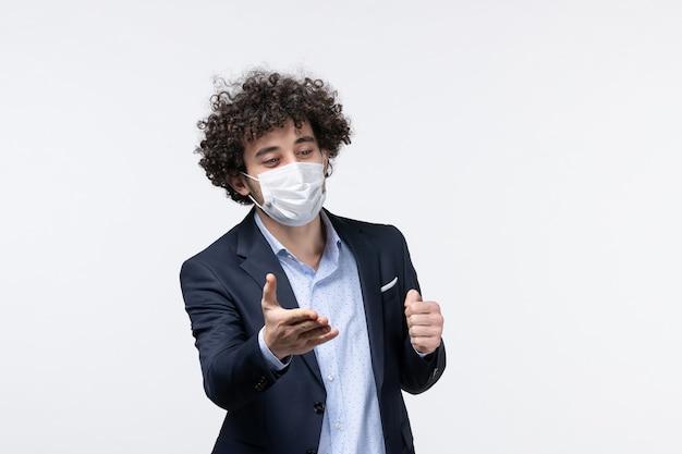 Bovenaanzicht van jonge mannelijke ondernemer in pak en het verwelkomen van iemand op geïsoleerde witte achtergrond