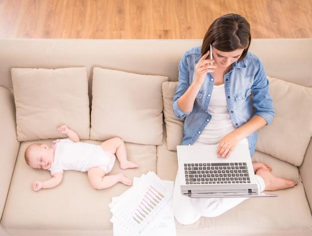 Bovenaanzicht van jonge vrouw werkt thuis.
