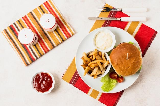 Bovenaanzicht van junk food maaltijd