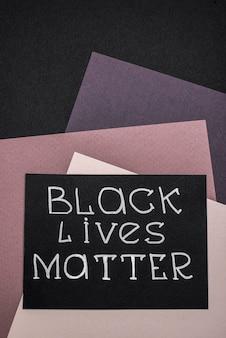 Bovenaanzicht van kaart met zwarte levens zijn belangrijk op veelkleurig papier