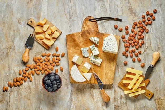 Bovenaanzicht van kaasplateau en andere snack voor wijn