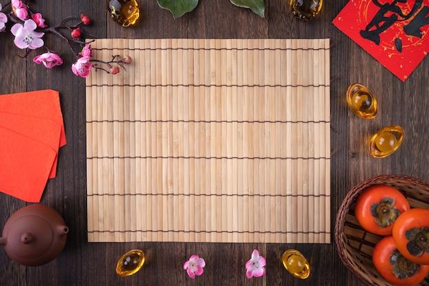 Bovenaanzicht van kaki op houten tafel achtergrond voor chinees nieuwjaar