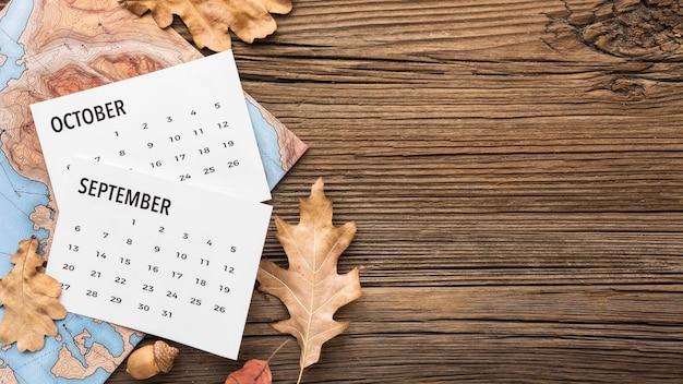 Bovenaanzicht van kalender met kopie ruimte en herfstbladeren