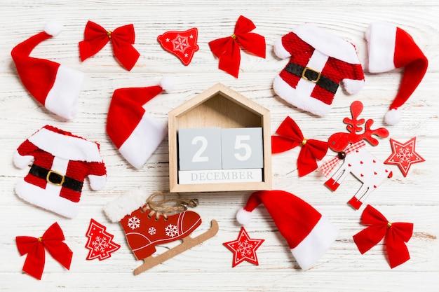 Bovenaanzicht van kalender op houten kerstmis.