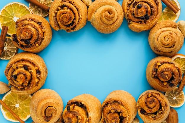 Bovenaanzicht van kaneelbroodjes, rozijnen en noten