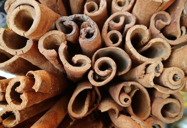 Bovenaanzicht van kaneelstokjes te koop in de manama souk, manama, bahrein