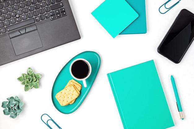 Bovenaanzicht van kantoor aan huis bureau. tafel met laptop, koffie en schrijfwaren. plat lag thuiskantoor werkruimte organisatie, extern werk, leren op afstand, videoconferentie, oproepen concept