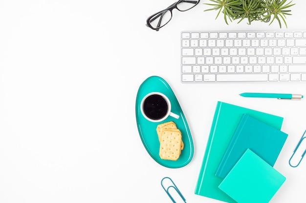 Bovenaanzicht van kantoor aan huis bureau. tafel met toetsenbord, koffie en stationair. plat lag thuiskantoor werkruimte organisatie, extern werk, leren op afstand, videoconferentie, oproepen concept