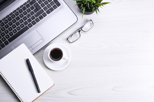 Bovenaanzicht van kantoor werkruimte, houten bureau tafel met laptop notebook