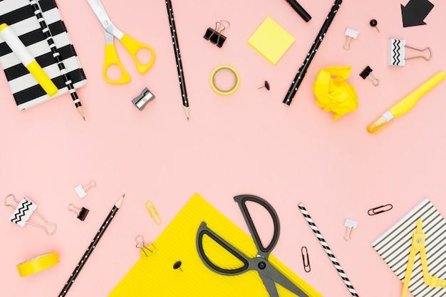 Bovenaanzicht van kantoorbenodigdheden met een schaar en potloden