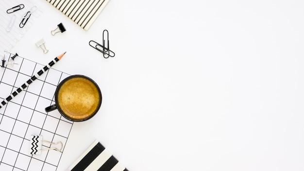 Bovenaanzicht van kantoorbenodigdheden met koffie en kopie ruimte