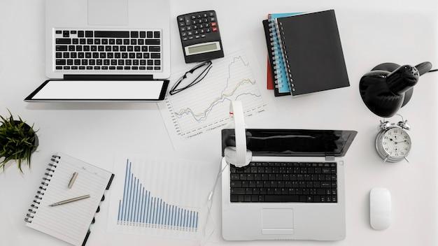 Bovenaanzicht van kantoorwerkruimte met laptop en andere benodigdheden