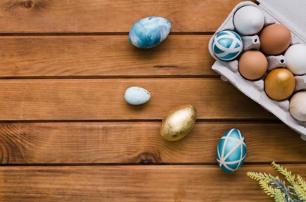 Bovenaanzicht van karton met eieren voor pasen