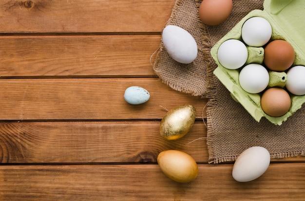 Bovenaanzicht van karton met gekleurde eieren voor pasen