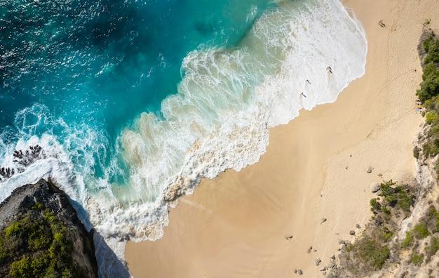 Bovenaanzicht van kelingking strand in nusa penida, bali - indonesië
