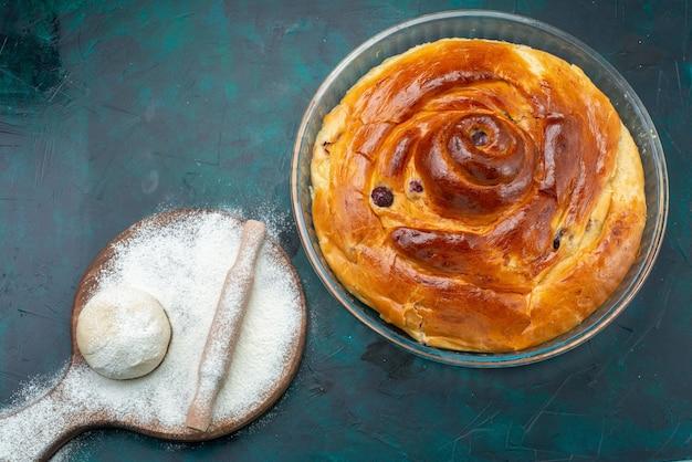 Bovenaanzicht van kersentaart met bloemdeeg op donkere, taartcake fruit bak gebak