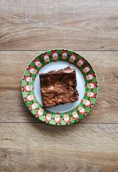 Bovenaanzicht van kerst brownies op een bord met kerstversiering