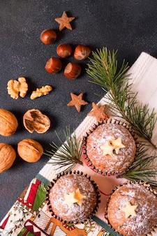 Bovenaanzicht van kerst cupcakes met walnoten