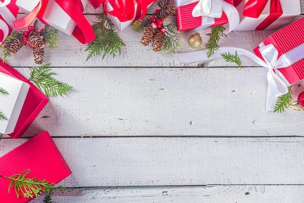 Bovenaanzicht van kerst geschenkdozen met feestelijke linten