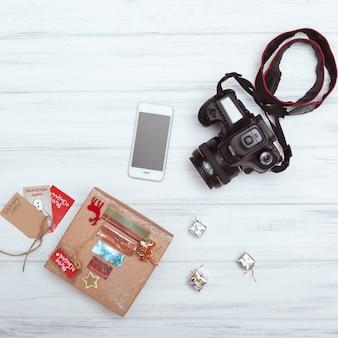 Bovenaanzicht van kerst geschenkdozen, smartphone en camera