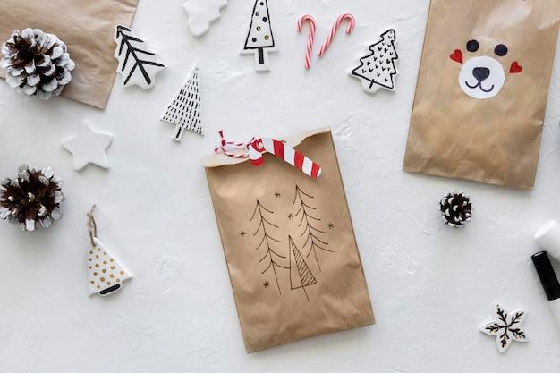 Bovenaanzicht van kerst papieren zak met riet van het suikergoed