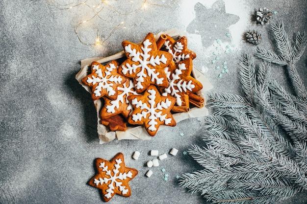 Bovenaanzicht van kerst peperkoek en marshmallows op grijze achtergrond