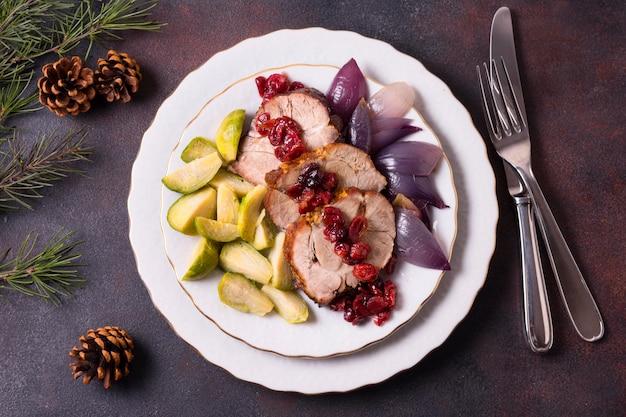 Bovenaanzicht van kerst steak op plaat met bestek