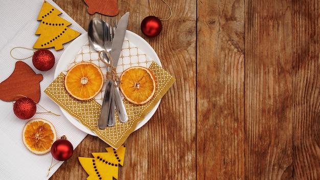 Bovenaanzicht van kerst tabel instelling over houten tafel met kopie ruimte.